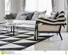 tappeto bianco e nero interno moderno salone con i cuscini ed il tappeto