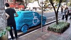 voiture abimée sur parking voiture post it au br 233 sil il se gare sur une place de parking r 233 serv 233 e aux handicap 233 s et va