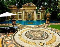 donatella versace mansion doing the artist