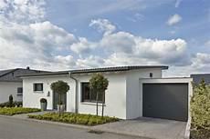 Bungalow Mit Pultdach Und Garage - bungalow haus mit garage und pultdach architektur
