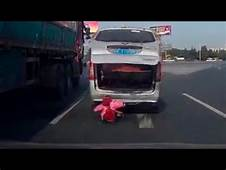 Toddler Falls Out Of Van On Busy Highway Crazy Video
