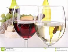 bicchieri rosso bicchiere di rosso e bianco fotografia stock
