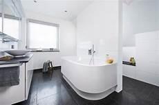 das badezimmer unterm dach individuelle wannenfreuden unterm dach bad mit dachschr 228 ge bad und