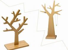arbre à bijoux en bois 1 objet 2 budgets l arbre 224 bijoux reine m 232 re versus