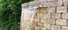 mauer mit wasserfall wasserfall im garten formsch 246 ne nahaufnahme wasserfall