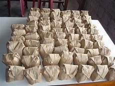 Dukung Capres Berbeda Relawan Makan Nasi Bungkus Bersama