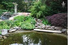 feuchtbiotop im garten schwimmteich feuchtbiotop gartenteich springbrunnen