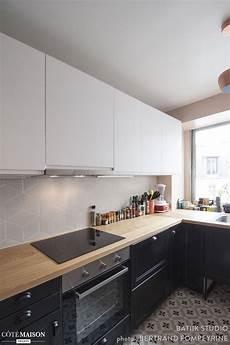 cuisine noir et blanc une cuisine avec un sol en carreaux de ciment tr 232 s