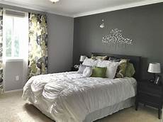 Tapete Schlafzimmer Grau - article gray and white accent wall