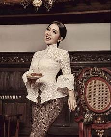 Model Kebaya Brokat Ala Artis Wanita Fotografi Tunangan