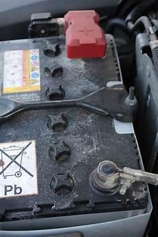autobatterie wechseln wie oft batterie autobatterie laden aufladen starthilfe anleitung