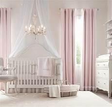 wandgestaltung babyzimmer mädchen kinderzimmer idee rosa vorh 228 nge kinderbett le stuhl