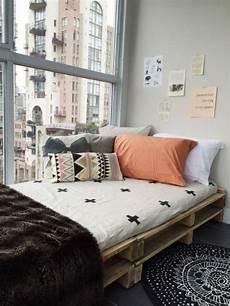 Betten Für Kleine Schlafzimmer - interieur ideen mit europaletten bett europaletten bett