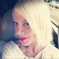 tori spelling chopped her hair off at midnight see the finished product e news