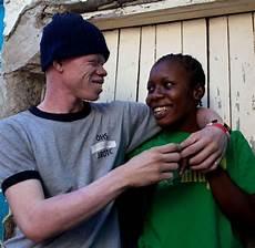 schwarz kinder albinos wei 223 e schwarze k 228 mpfen gegen t 246 dliche vorurteile