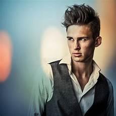 wasserfeste farbe aus kleidung entfernen eleganter junger gutaussehender mann im langen stilvollen