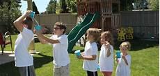 Spiele Mit Wasser Im Garten - gruppenspiele mit wasser f 252 r den garten im sommer spiele