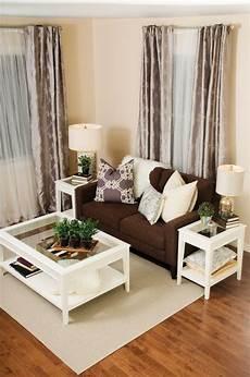 wohnzimmer braunes sofa white living room and metallics decor