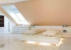 dachboden schlafzimmer ideen einrichtungen f 252 r mansarden und dachschr 228 urbana