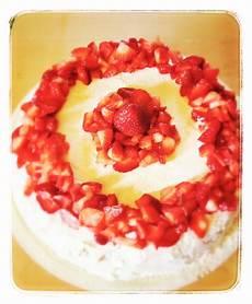 torta con crema pasticcera e panna montata torta di compleanno pan di spagna con crema pasticcera e fragole ricoperto con panna montata e