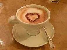 Gambar Kafe Gelap Latte Cappuccino Jantung Lepek