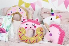deko selber machen anleitung diy donut kissen mit einhorn motiv selber machen