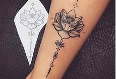 tatouage femme fleur de lotus dotwork sur cheville pctr up