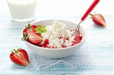healthy snacks with cottage cheese cottage cheese with berries nom nom nom healthy low