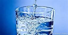 zu wenig trinken symptome dehydration ursachen gegenma 223 nahmen risiken netdoktor de