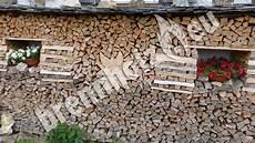 holz stapeln brennholz stapeln hauswand kleinster mobiler gasgrill
