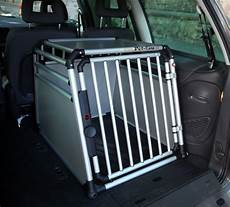 hunde transport auto pet care hundebox setzt neue ma 223 st 228 be beim hundetransport hundewelt at