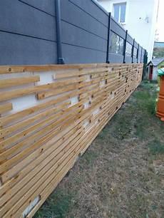 entourage maison pas cher camoufler un mur de parpaings avec des tasseaux de bois en