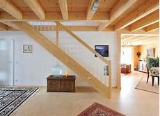 Holzhaus Innen Modern Mit Offener Holzbalkendecke Gerade