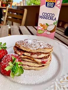 crema con farina di cocco pancake con farina di cocco e fragole senza glutine