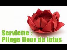 pliage d une serviette en forme de fleur de lotus