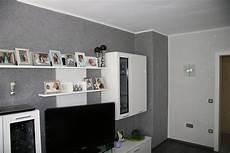 graue wand mit weissem rand wohnzimmer