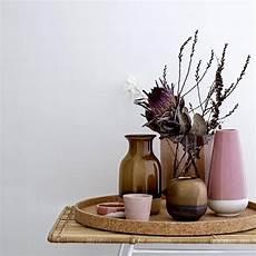 deko wohnzimmer vasen vasen in dunklen farben herbstliche vasen bloomingville in 2019 vasen beistelltische