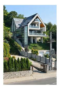 Haus In Hanglage - a house on a slope connects to its surroundings through a