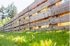 zaun selber machen palettenzaun einen zaun aus paletten selber bauen anleitung zaun aus paletten paletten