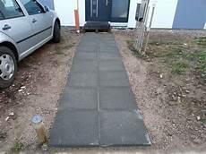 Gehwegplatten Verlegen Auf Erde - mit gehwegplatten aus beton einen provisorischen weg