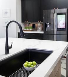 photo un 233 vier noir et un robinet noir sur un comptoir