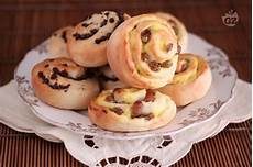 crema pasticcera con gocce di cioccolato bimby ricetta girelle con gocce di cioccolato uvetta e crema pasticcera la ricetta di giallozafferano