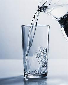bicchieri d acqua vaso riempie un bicchiere d acqua scaricare foto gratis