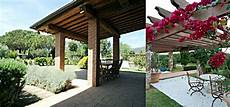 tettoie per terrazzi in legno pergolati in legno per terrazzi con arredi fiorelli
