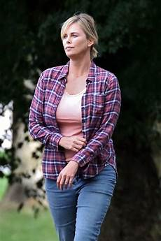 charlize theron ungeschminkt stunning charlize theron shows fuller figure after