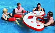 bar gonflable piscine ce bar flottant pour piscine fait d 233 barquer nos amis