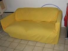 idee deco salon gris 19498 housse canape 2 places jaune meuble et d 233 co