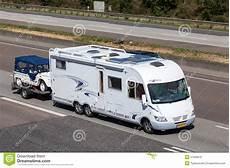 classe véhicule autoroute caravane r 233 sidentielle de luxe de classe de frankia avec une remorque photo stock 233 ditorial
