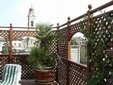 coprire una terrazza arredo su terrazzo composto da pannelli grigliati e