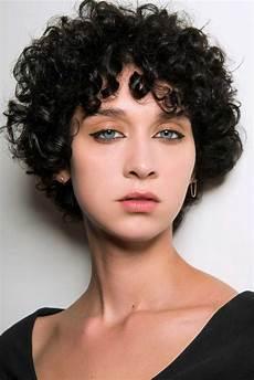 coupe cheveux courts bouclés coupe courte boucl 233 e automne hiver 2018 les plus belles